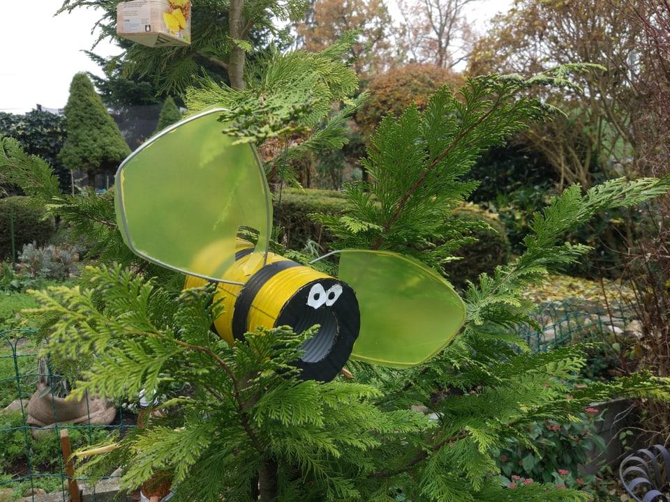 Eine Biene aus Blech in einem Busch