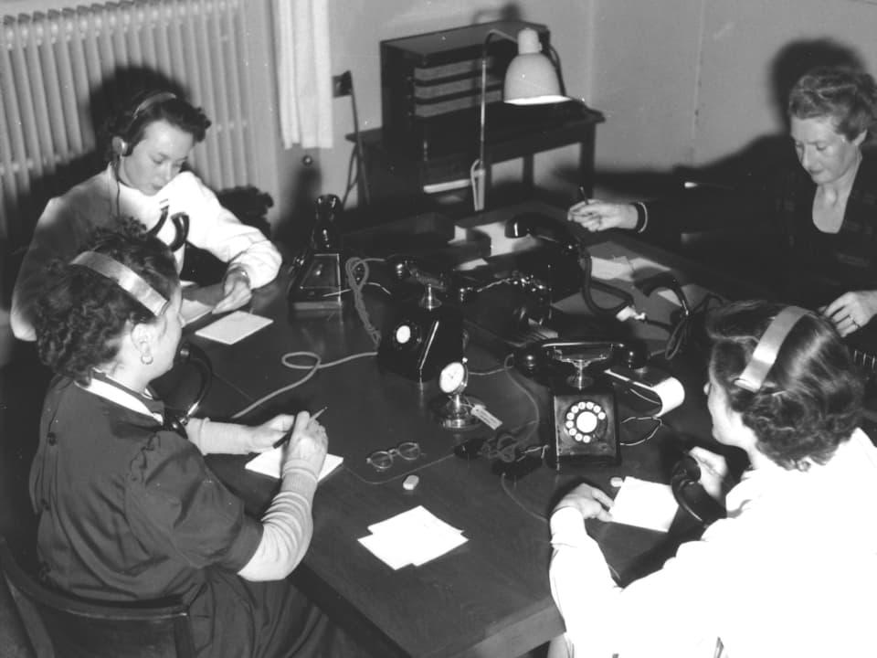 Telephonistinnen an der Arbeit.