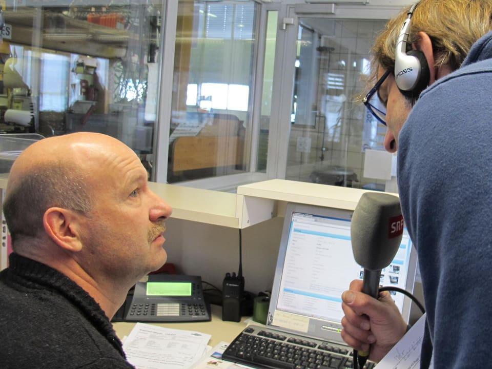 Mann am Computer wird von Thomy Scherrer befragt.