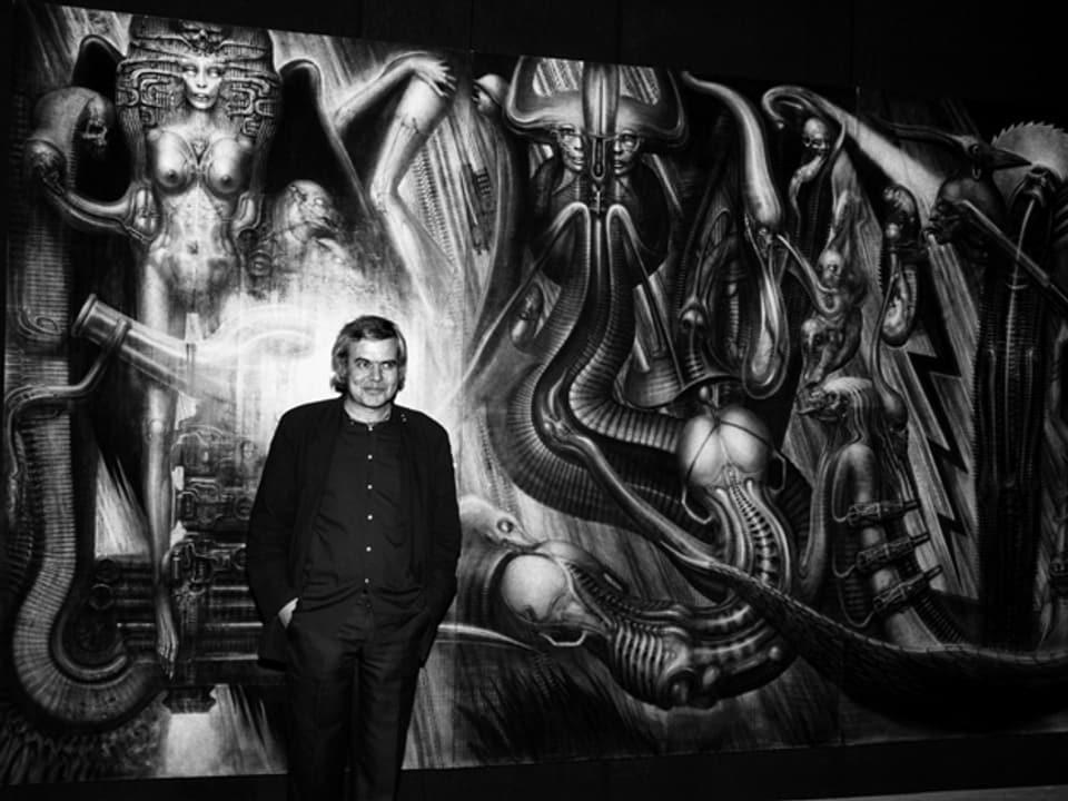 H.R. Giger im Jahr 1984 vor seinem Werk «Environment» in Pfäffikon (SZ)