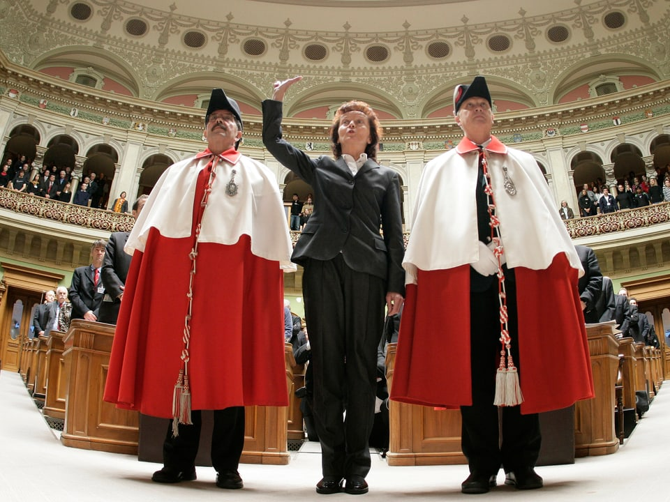 La cussegliera federala Eveline Widmer-Schlumpf tar la saramentaziun il december 2007.