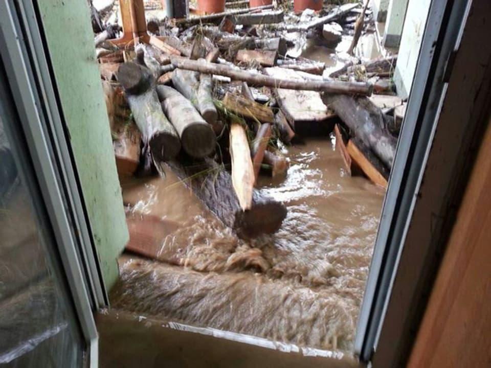 Wasser dringt durch die Terrassentüre ein.