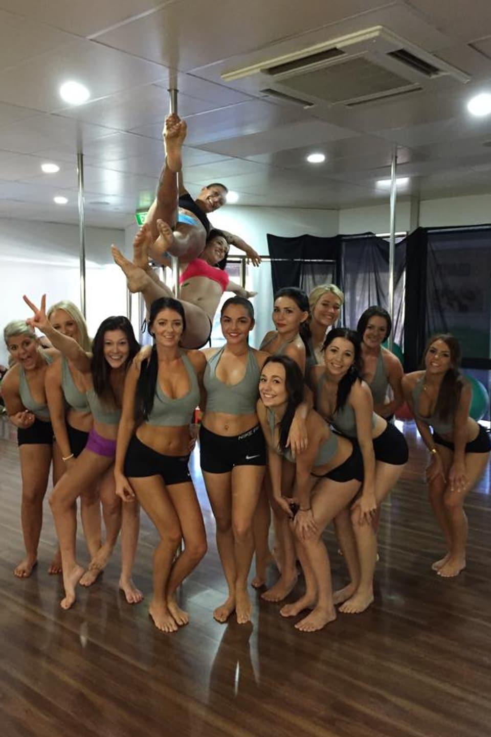 Dina (Mitte zuoberst) und Pole Dance-Studentinnen.