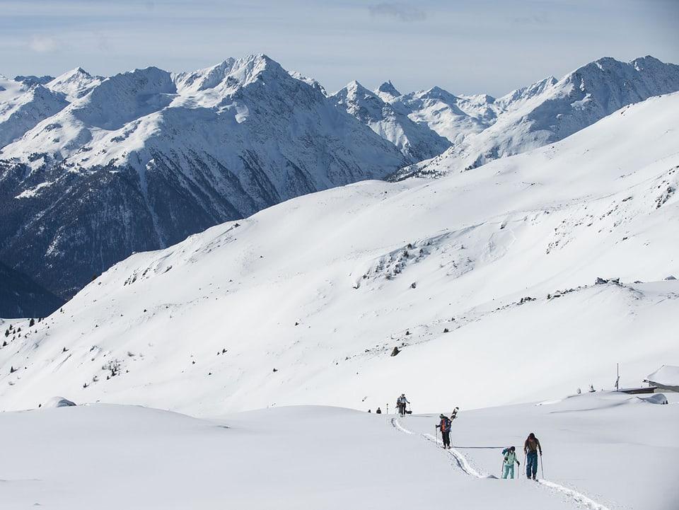 Uffants che fan ina tura cun skis.