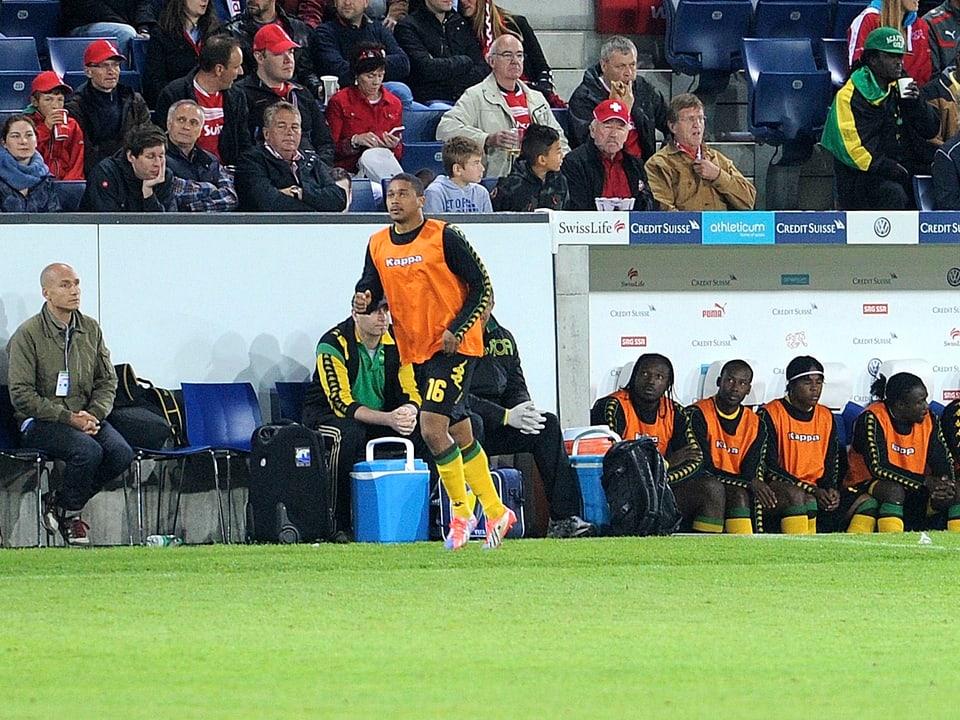 Er war nahe dran, unser Reggae Special Macher Luki Wyniger ganz links im Bild auf einem der besonders begehrten Plätze im Stadion