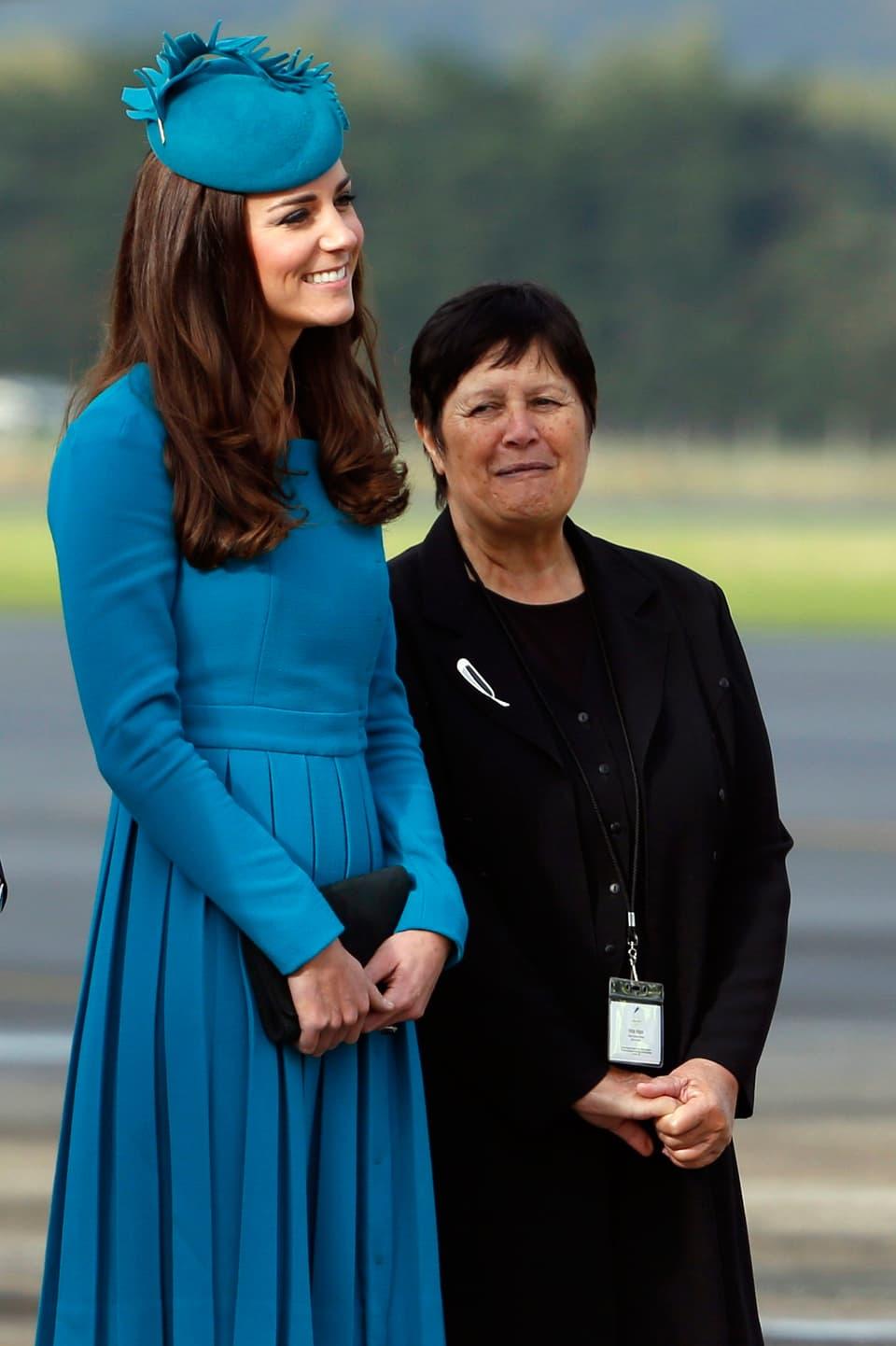 Frau mit blauem Hut und Kleid