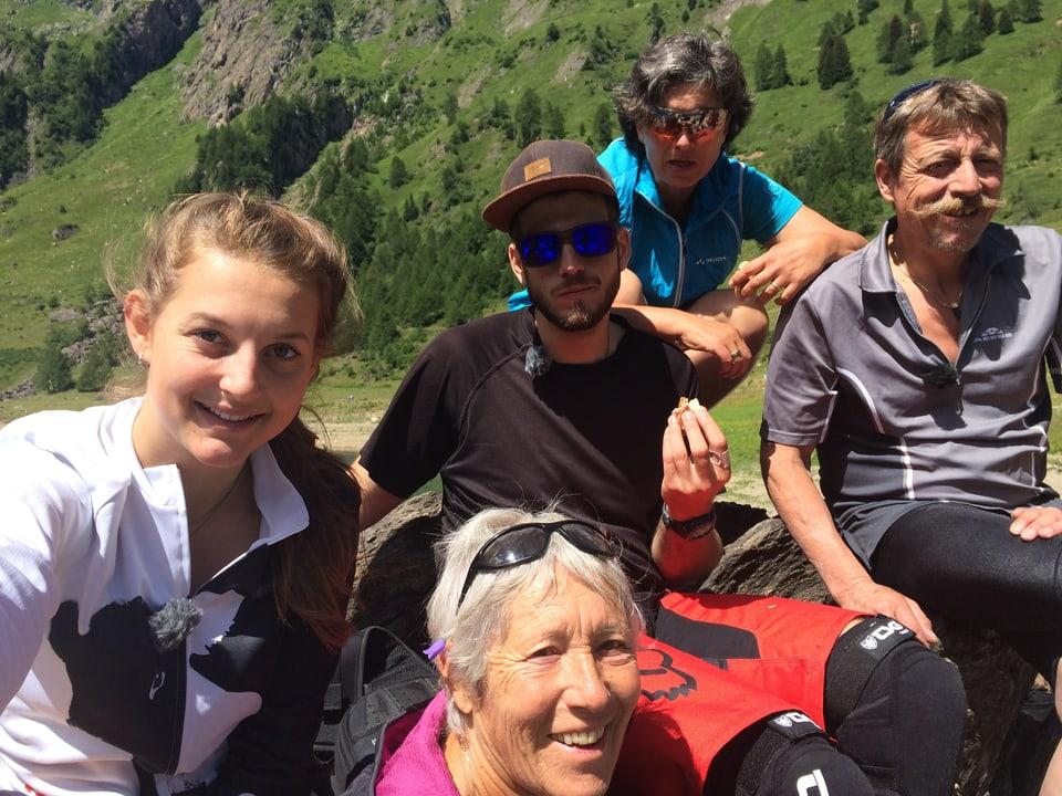Selfie der fünf Protagonisten in Faido, hinter ihnen eine Felswand mit einem Wasserfall