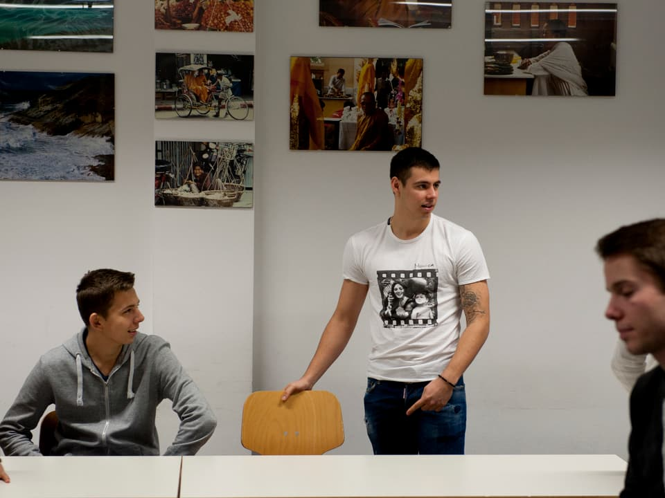 Schüler zeigt auf Stuhl.