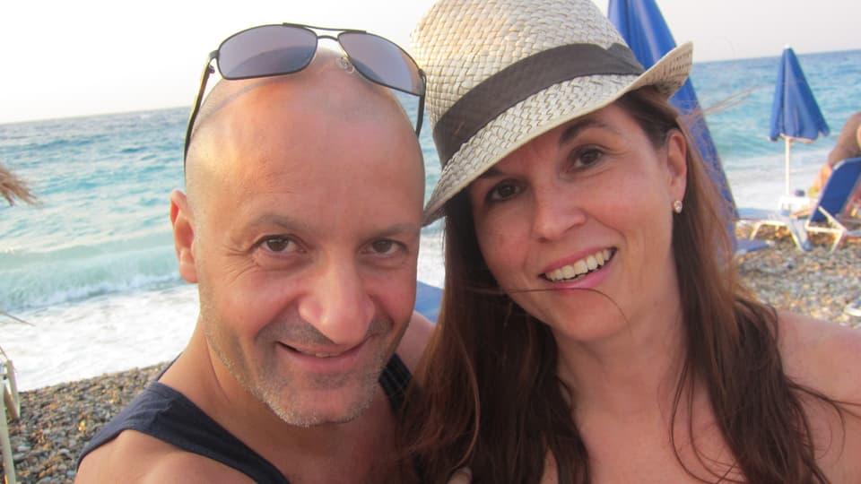 Pete und Claudia Stavrinos am Kiesstrand auf Samos.