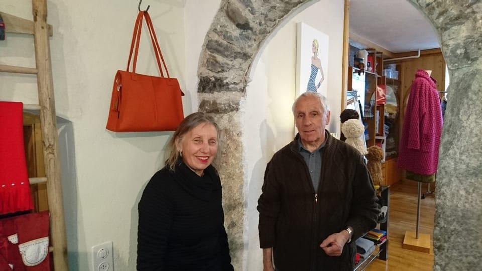 Renate Czerny, la possessura da la boutique (san.), e Hans Lutta (dre.)