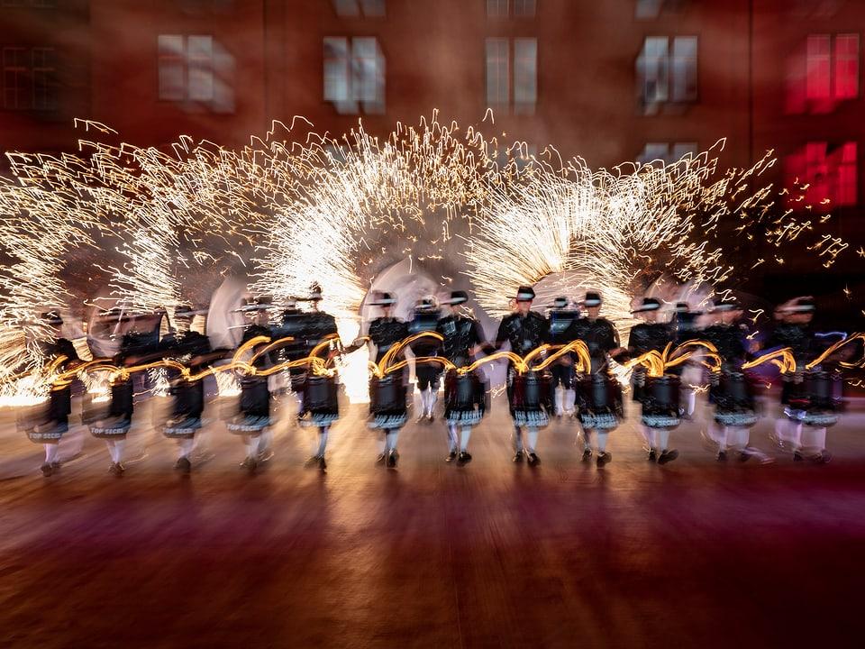 Trommler mit Feuerwerk im Hintergrund.