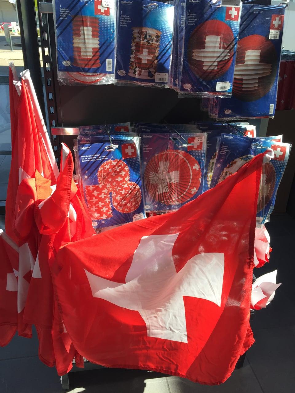 Schweizer Flagge und Lampione im Hintergrund.