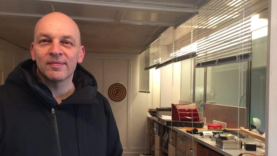 Tim Krohn en ses atelier – l'anteriura banca da Sta. Maria.
