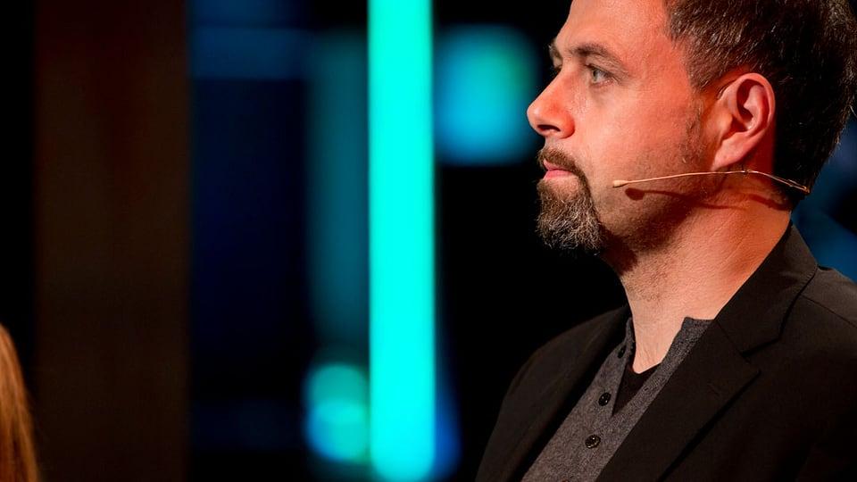 Michel Gammenthaler im Profil auf der Bühne von CoLa.