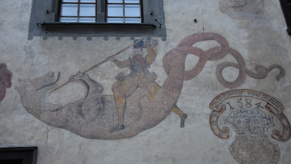 Il maletg d'in dragun e Son Gieri sin ina chasa a Giuvaulta.