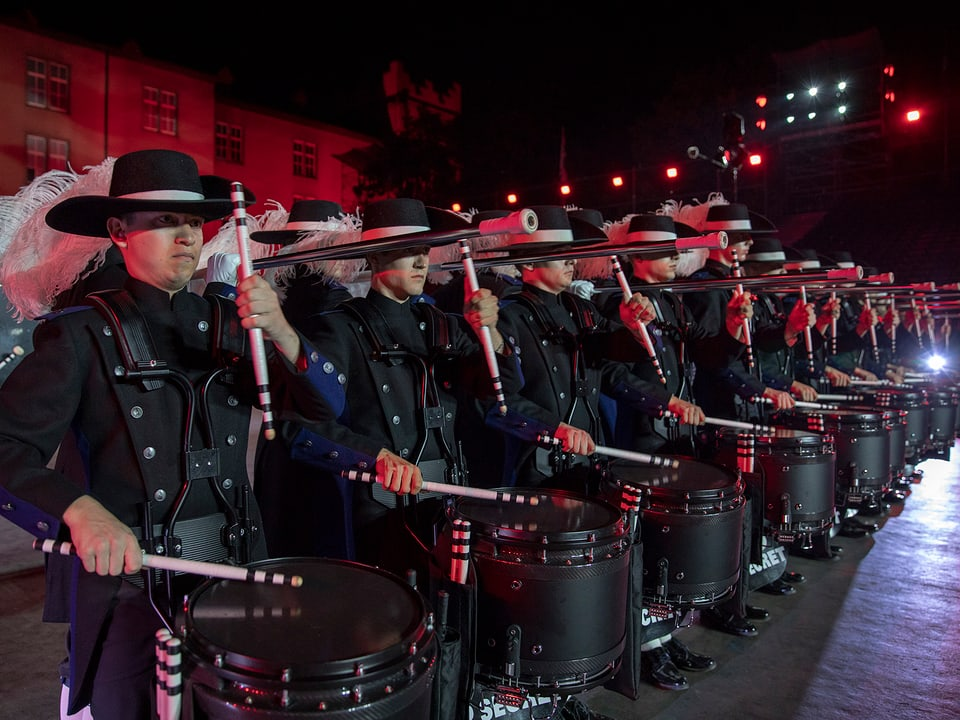 Drum Corps in Linie.