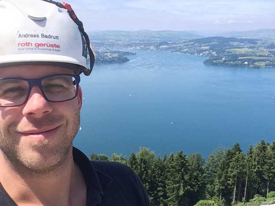 Andreas Badrutt mit See im Hintergrund.