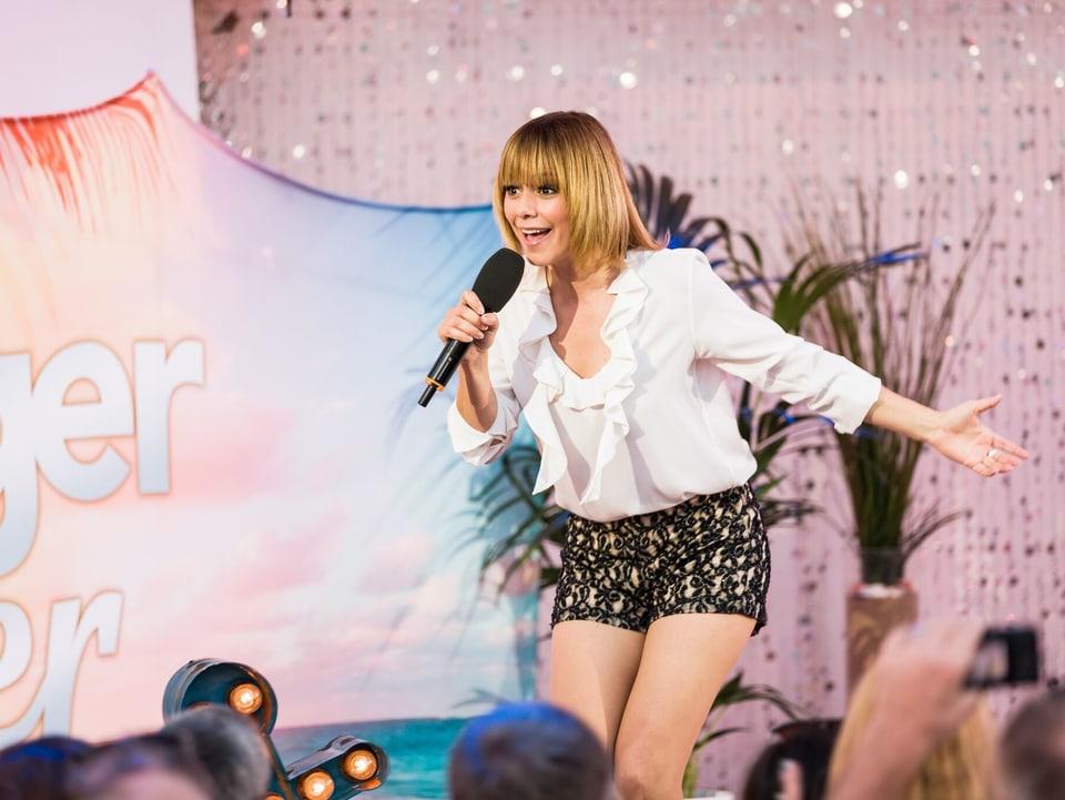 Francine Jordi singt auf Bühne