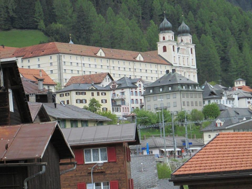 Blick auf Kloster Disentis vom Dorf aus.