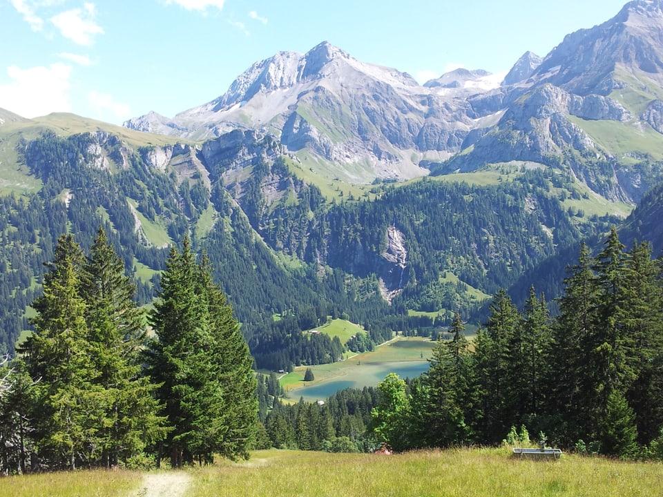 Imposantes Bergpanorama mit Lauenensee in der Mitte.