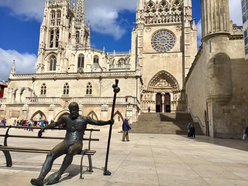 Pilgerstatue auf einer Bank vor der Kathedrale in Burgos.