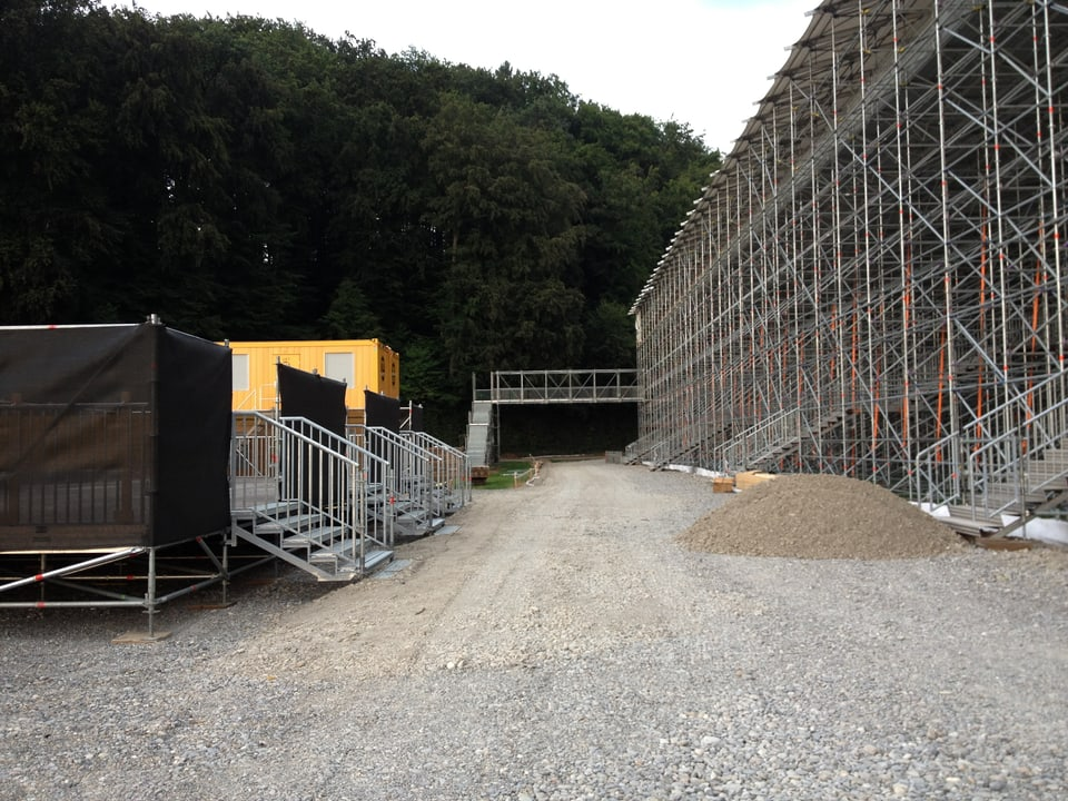 Blick auf die Tribüne von hinten. Eine klien Brücke ist zu sehen. Über diese werden die Schwinger in die Arena gelangen.