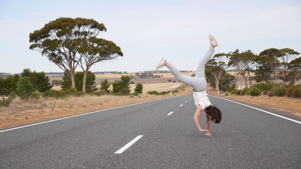 Die australischen Strassen sind dermassen unbefahren, da kann Mona gefahrlos den Handstand üben.