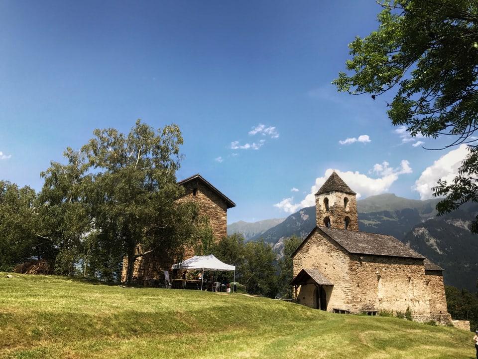 Die Kirche Son Gion und der Pfaffenturm der Burganlage Hohen Rätien