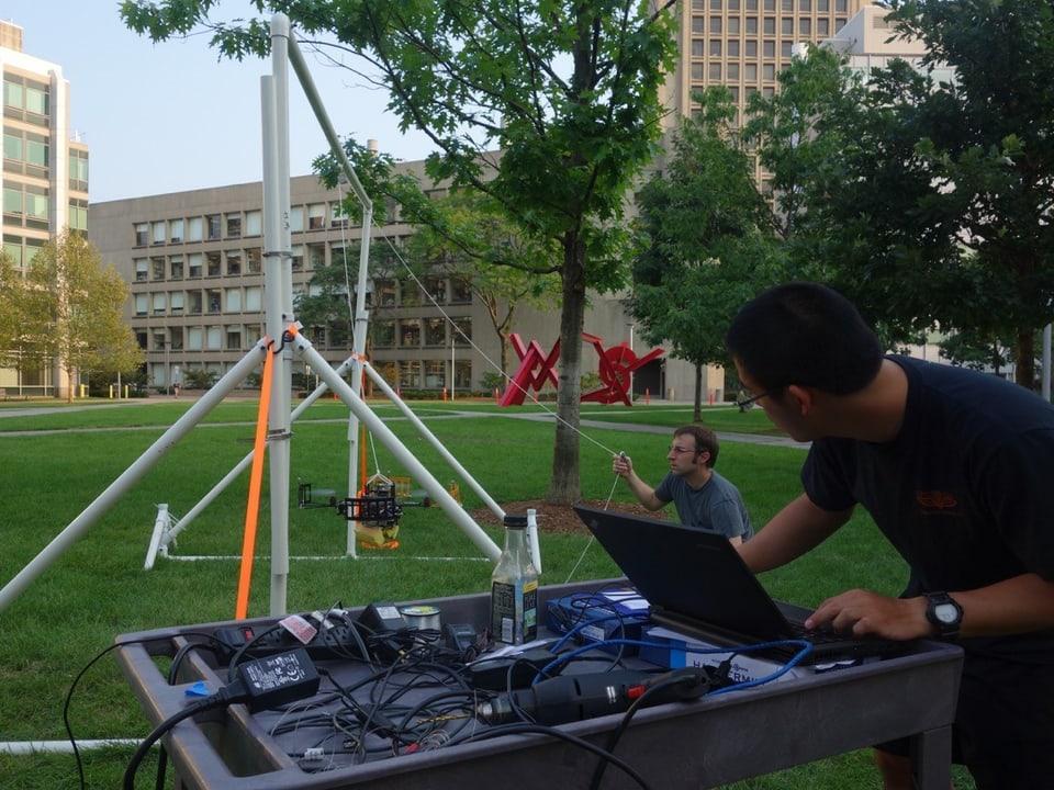 Studenten und Technik im Freien.
