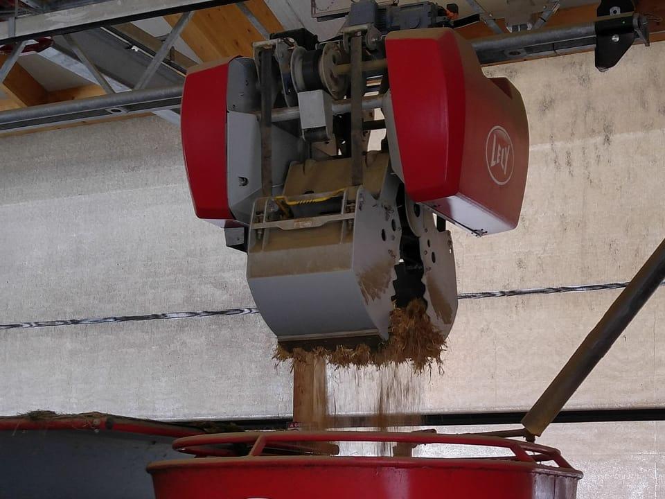 ... werfen das Futter in den Fütterungsroboter, der alle Zutaten mischt ...