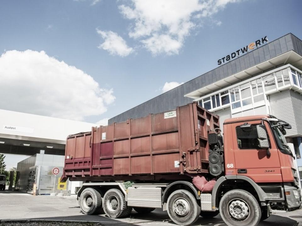 Lastwagen vor der Kehrichtverwertungsanlage Winterthur.