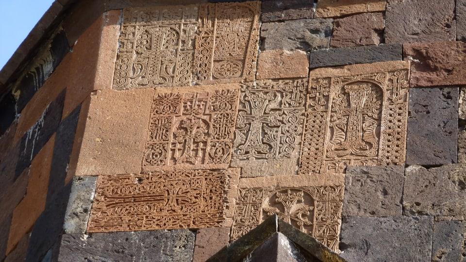 Peidras da crusch (Chatschkar) sin la paraid da la claustra.