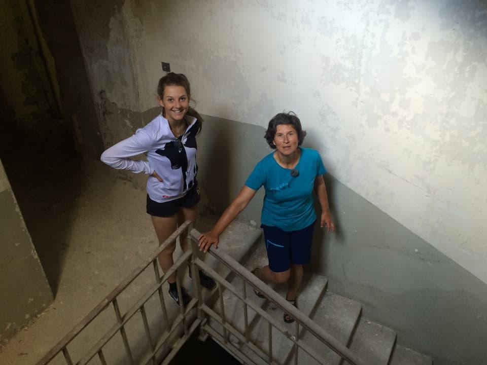 Marlies und Katharine in einem Treppenhaus im Sanatorium