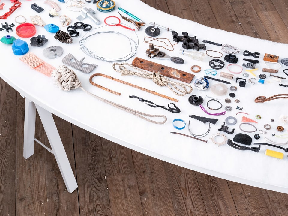 Ausschnitt vom Tisch mit den gefundenen Gegenständen.