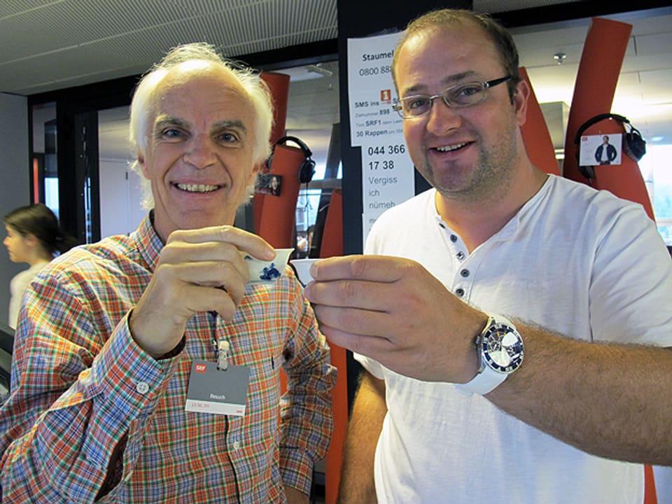Jürg Meier und Michael Brunner mit Tassen.