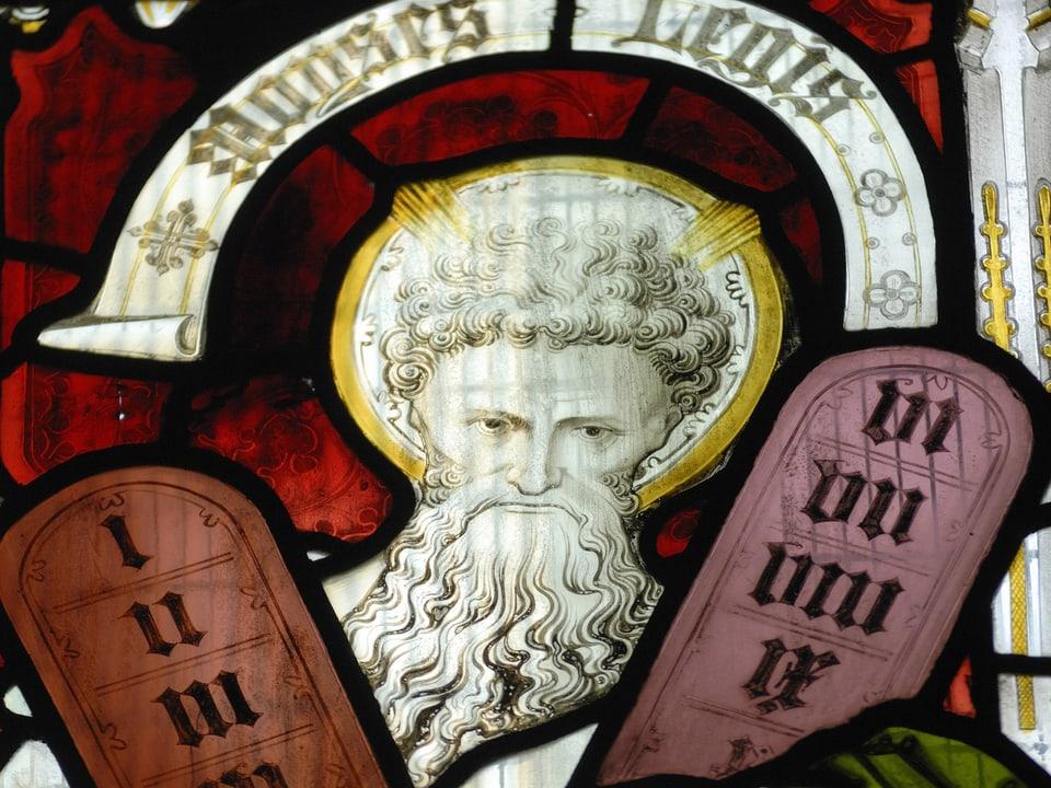 Kirchfenster, das den Propheten mit den 10 Geboten zeigt.
