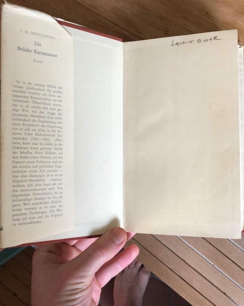 Buch von Dostojewski mit Kaffeeflech.