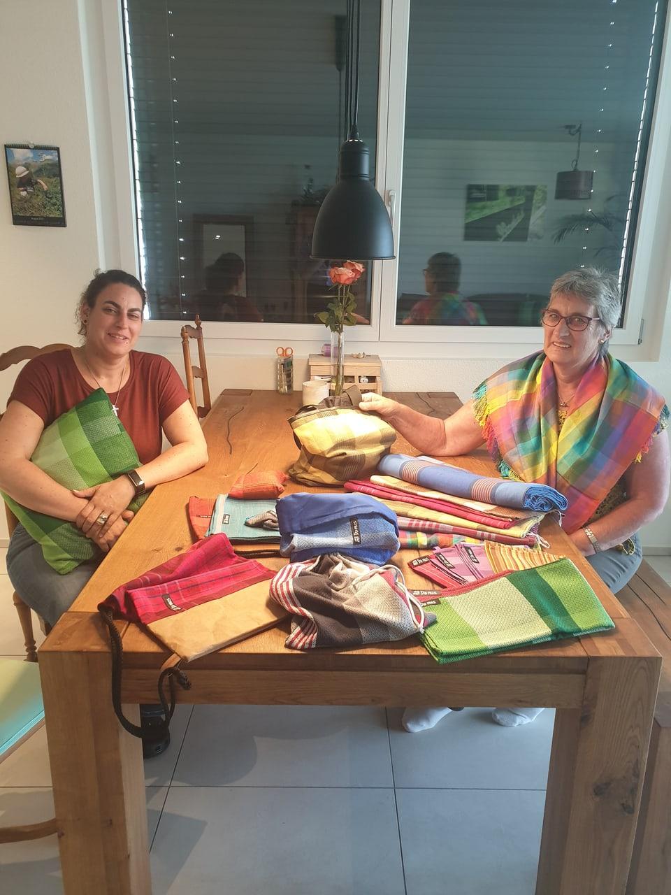 Cilgia e Barla Jacomet cun intgins sa lur products
