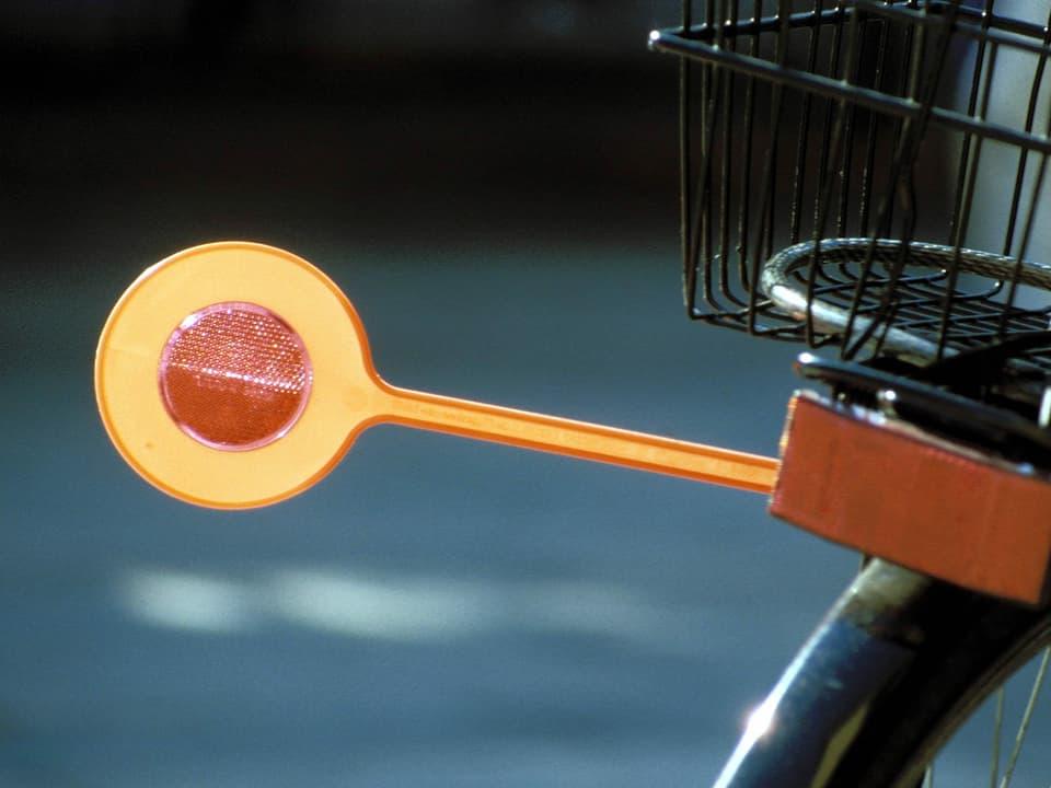 orange Velokelle als Abstandhalter