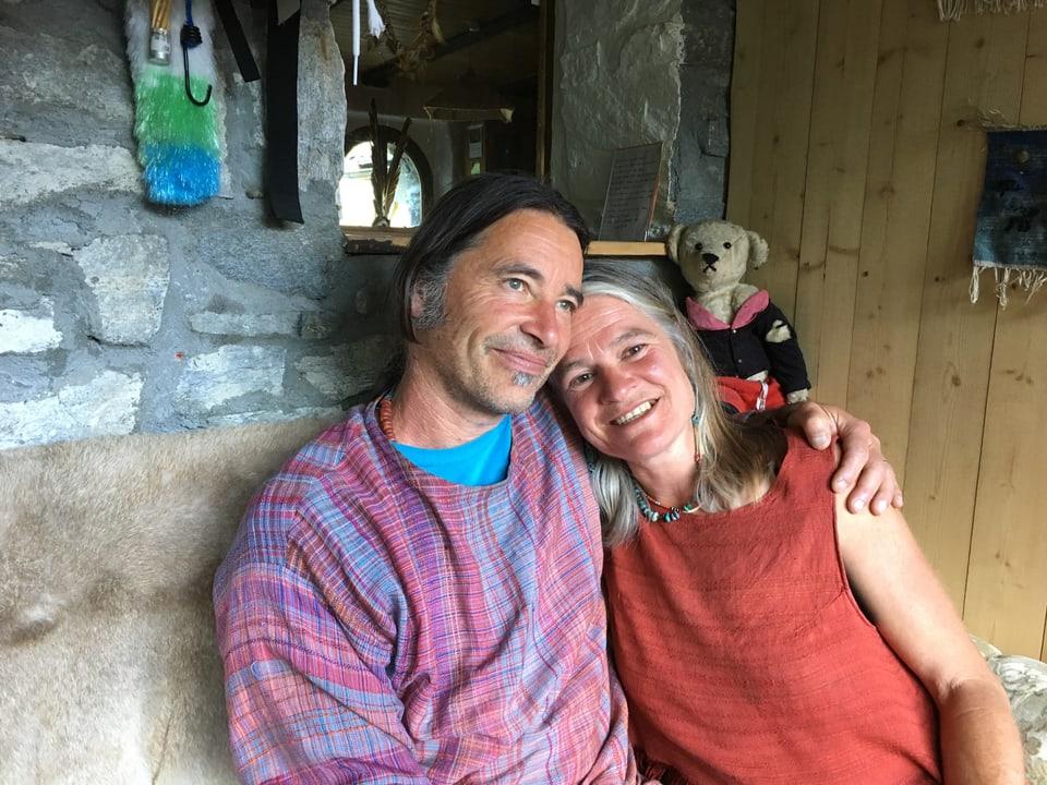 MArtin und Annett Gröble, zu Hause auf dem Sofa.