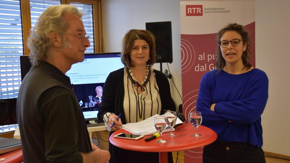 La runda dal discurs «tranter las lingias» cun Walter Rosselli, Sara F. Hermann (dretg) ed Esther Berther.