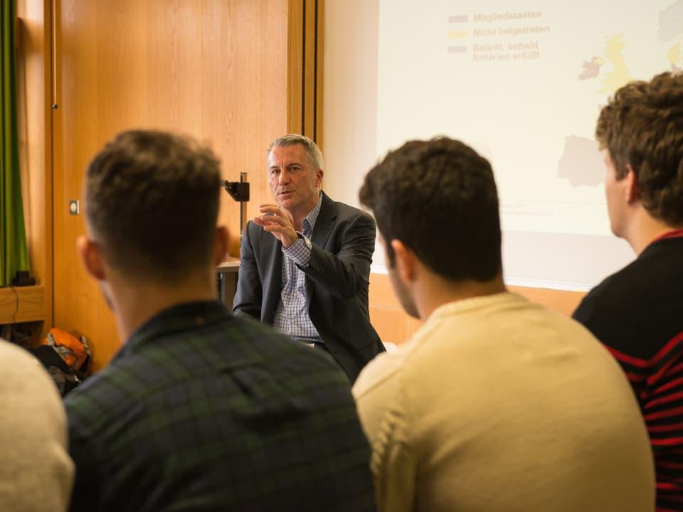 Reto Lipp erklärt Schülern.
