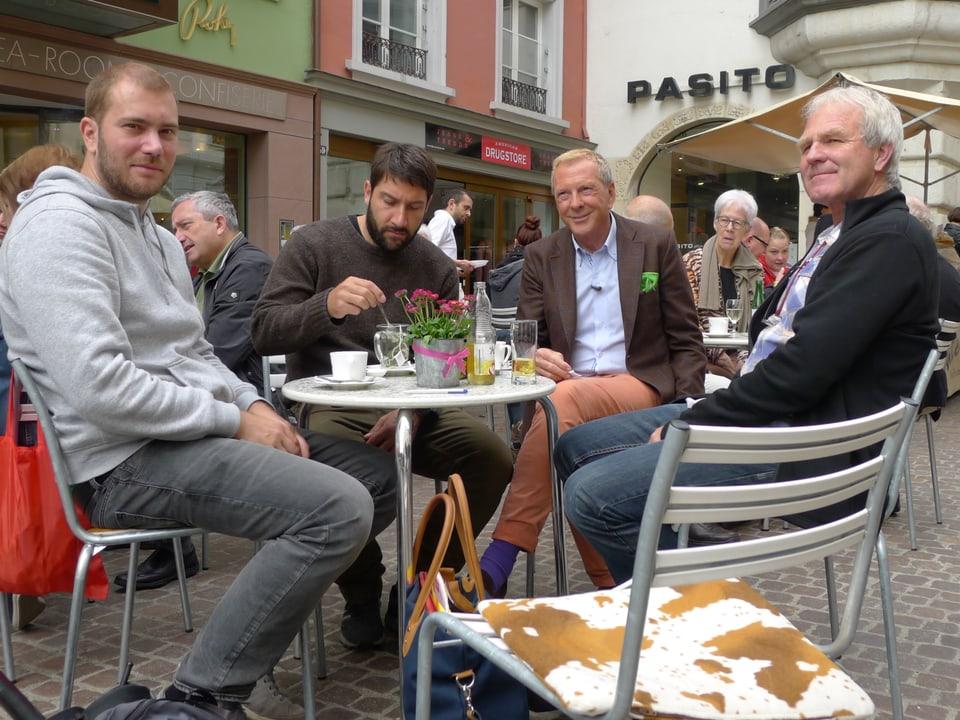 Remo Häberli, Ueli Haberstich, Kurt Aeschbacher und Peter Ramseier geniessen die Pause am runden Bistrotisch vor dem Tea-Room.