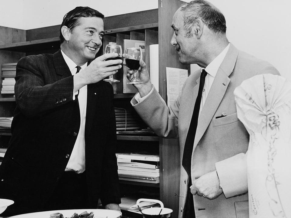 Renggli und Linder prosten sich mit einem Glas Rotwein zu.