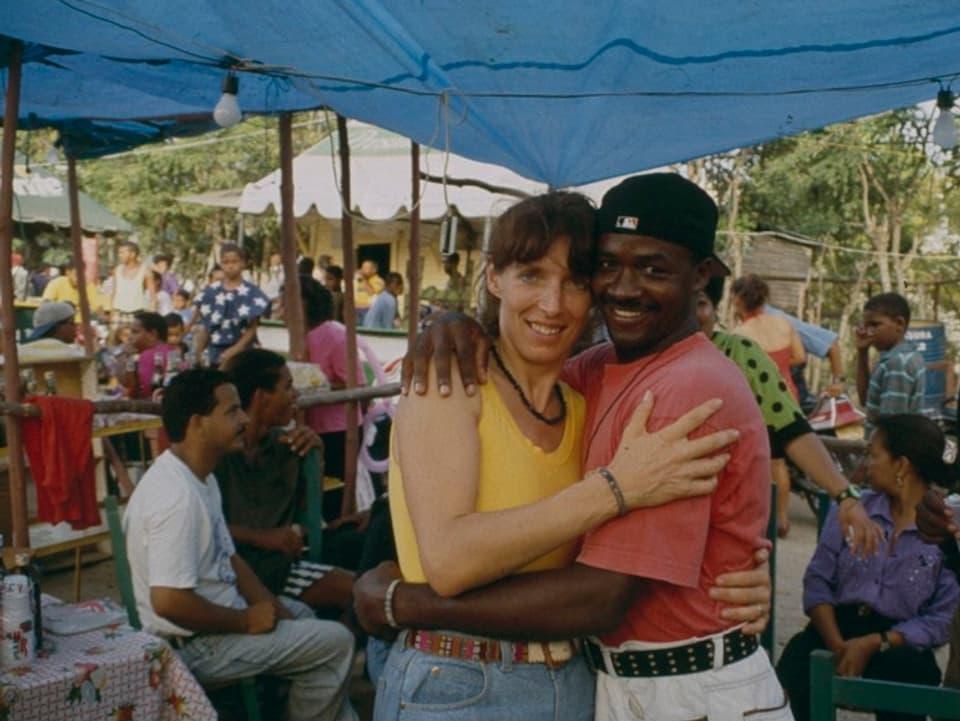 Cornelia Diethelm mit ihrem Freund Ricardo Vásquez in Río San Juan.