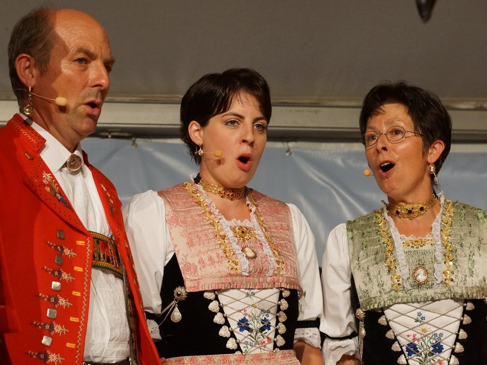 Zwei Jodlerinnen und ein Jodler in Appenzeller Tracht.