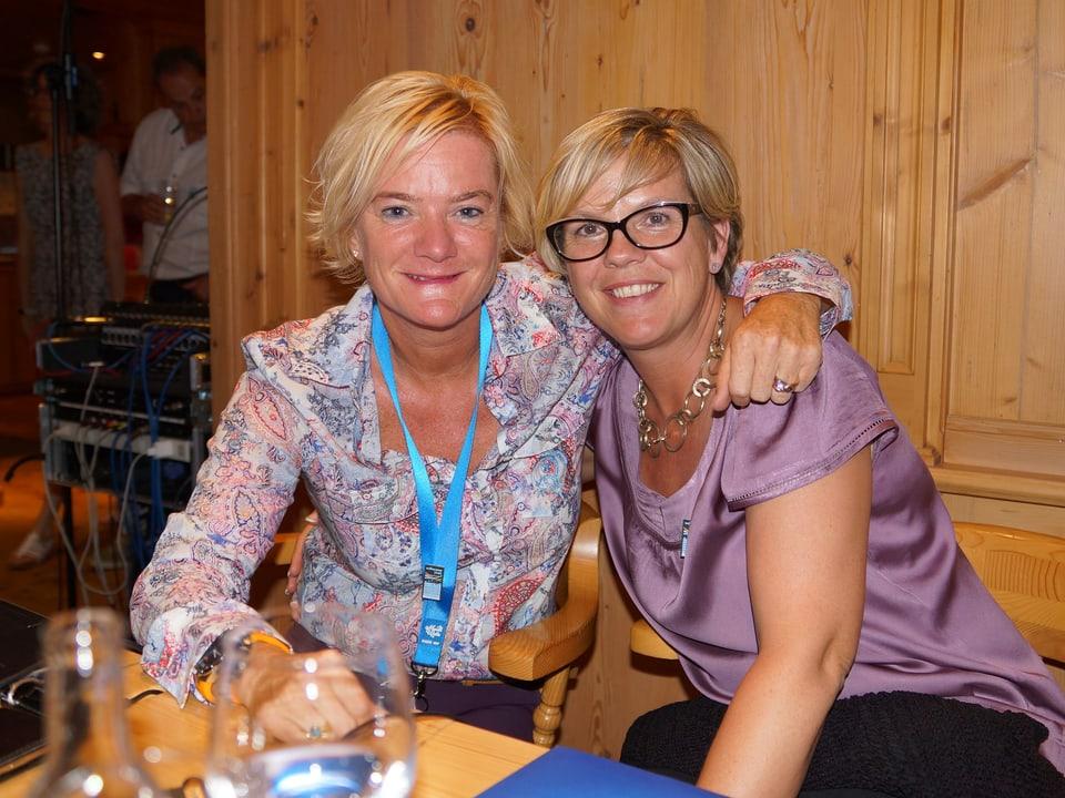 Schnappschuss mit den beiden Frauen, die an einem Tisch in der Gaststube sitzen.
