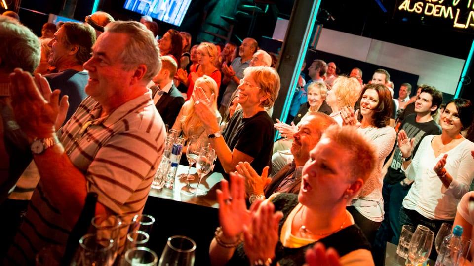 Die Zuschauer sind begeistert und applaudieren!