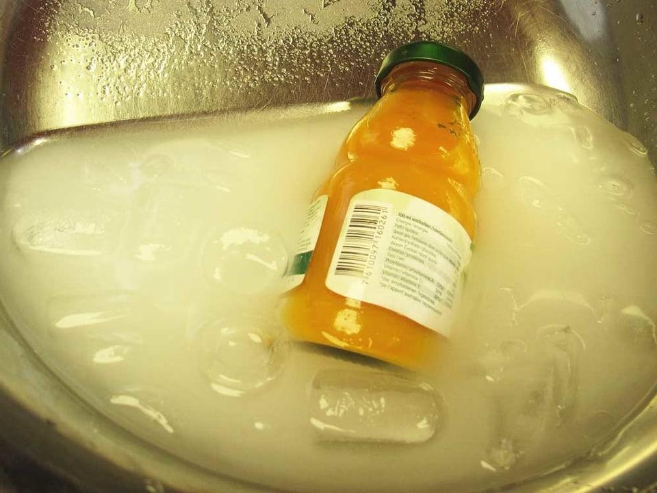 Getränkeflasche in einem Salz-Wasser-Eis-Bad.