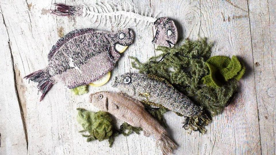 gestrickte Fische mit Salat.